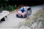 Clip: Dắt xe đạp lên dốc, bị ô tô đâm không kịp trở tay