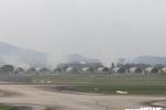 Đốt rơm rạ khói ngút trời ngay sát sân bay, cực nguy hiểm cho máy bay lên xuống
