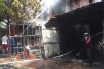 Cháy xưởng sản xuất ghế sofa rồi lan sang nhà dân, mẹ bị gãy chân khi bế con tháo chạy