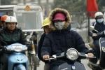 Video: Hà Nội mưa lạnh xuống đến 17°C, dân co ro ra đường