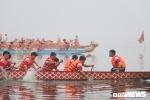 Ảnh: Hàng nghìn người đội mưa xem bơi chải thuyền rồng ở Hồ Tây