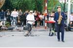 Cậu bé kéo đàn bị truy giấy phép trên phố đi bộ: Quy định biểu diễn thế nào?