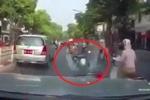 Bi hài clip ninja Lead bị ô tô đâm từ phía sau, suýt ngã ngửa trên phố