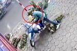 Clip: Thanh niên rình rập, trộm xe máy của cô bán hoa nhanh như chớp