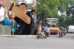 'Tự sướng' trên xe buýt: Công an kêu không có quy định xử phạt, luật sư nói xử nhẹ là tiếp tay