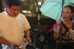 Ông Đoàn Ngọc Hải mua hết vé số cho người phụ nữ ẵm con nhỏ đi bán dưới mưa