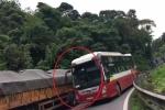 Clip: Xe khách vượt ẩu kiểu 'giết người' trên đường đèo ở Đà Lạt