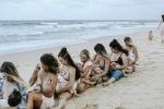 Nhóm bà mẹ trẻ Australia chụp ảnh cho con bú bên bãi biển để tôn vinh cơ thể sau sinh