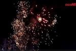 Video: Người Hà Nội hò reo trước màn bắn pháo hoa đón năm mới 2018