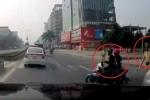 Clip: Né CSGT, xe máy tạt đầu ô tô ngã dúi dụi
