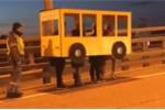 Clip: Bi hài 4 thanh niên Nga cải trang thành... xe buýt để đi lên cầu