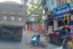 Clip: Mở cửa ôtô vô ý thức khiến 2 em nhỏ suýt chết dưới bánh xe tải
