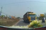 Clip: 'Hung thần' xe tải ngang nhiên đi ngược chiều trên quốc lộ