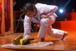 Nữ sinh xinh đẹp dùng tay đập vỡ ngói khiến ban giám khảo trầm trồ khen ngợi