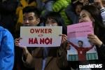 Duy Mạnh, Quang Hải bắt tay từng khán giả, 'đốn tim' fan nữ ở sân Hàng Đẫy