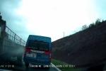 Clip: Xe khách 16 chỗ vượt ẩu, suýt bị đâm nát ở Quảng Ninh
