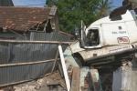 Xe container húc sập nhà dân, 3 người bị thương nặng