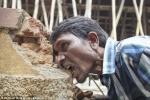 Video: Dị nhân nhai rau ráu bùn đất, gạch đá như bim bim