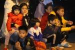 Hàng trăm trẻ và phụ huynh Bắc Ninh co ro trong mưa rét chờ xét nghiệm sán lợn
