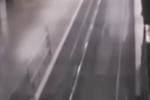 """Video: """"Tàu ma"""" bí ẩn lao vùn vụt tới sân ga đón khách"""