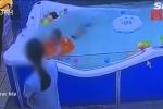 Clip: Nhân viên lơ là, bé trai 7 tháng tuổi suýt chết khi tập bơi