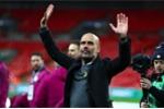 Ảnh: Pep Guardiola lần đầu tiên nâng cúp cùng Man City