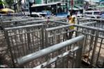 Barie 'bá đạo' trên vỉa hè Sài Gòn, chặn xe máy, chặn luôn cả người đi bộ
