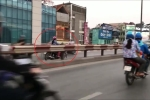 Clip: Phụ nữ 'hiên ngang' chạy xe máy ngược chiều trên cầu, suýt đấu đầu xe buýt