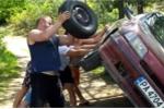 Clip thay lốp xe kiểu Nga khiến dân mạng cười 'đứt ruột'