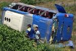 Xe khách chở hơn 20 người đâm vào cột mốc rồi lao xuống ruộng