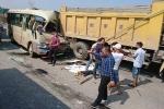 Xe khách tông đuôi xe tải, nhiều người thương vong ở Hà Nội