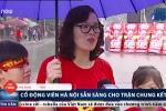 Video: Bầu không khí hừng hực ở Hà Nội trước giờ bóng lăn