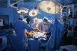 Vì sao khi khám bệnh, bác sĩ mặc blouse trắng, khi phẫu thuật lại mặc blouse màu xanh?