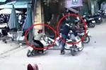 Clip: Phụ nữ lái xe máy xoay tròn, húc ngã nam thanh niên