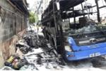 Xe khách bốc cháy dữ dội giữa trưa ở TP.HCM