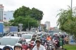 Container lật chắn ngang đường, cửa ngõ sân bay Tân Sơn Nhất kẹt cứng
