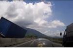 Xe Ford chạy ngược chiều khiến container chao đảo lật nghiêng: Yêu cầu xử nghiêm