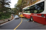 Đang chạy trên đèo Prenn, xe khách Thành Bưởi bất ngờ đâm vào vách núi