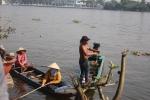 Video: Nhiều thanh niên bao vây sông Sài Gòn, chích điện, bắt cá vừa phóng sinh