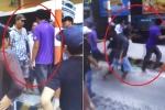 Video: Tài xế bị nhóm người đánh tới tấp ở BOT Sóc Trăng