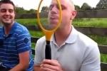 Clip: Chàng trai nghịch dại lè lưỡi liếm vợt muỗi điện