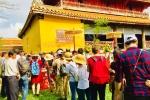 Ảnh: Hàng nghìn du khách xếp hàng dự lễ hạ nêu đầu năm trong Đại Nội Huế