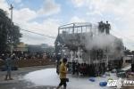 Video: Xe tải chở hàng hội chợ bốc cháy ngùn ngụt trên đường Hồ Chí Minh