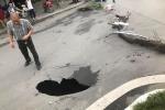 Đường ống nước ngầm vỡ tạo 'hố tử thần' giữa trung tâm Thủ đô