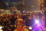 Dân ùn ùn trở về Thủ đô, giao thông tắc nghẽn nhiều giờ đồng hồ