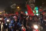 Clip: Hàng vạn CĐV 'nhuộm đỏ' đường phố, hô vang 'Việt Nam vô địch!'