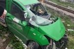 Taxi bị tàu hỏa đâm văng, lái xe tử nạn