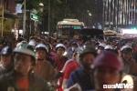 Hà Nội mưa to gió giật khủng khiếp: Cây đổ la liệt khắp thành phố, mọi ngả đường tắc cứng