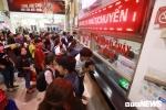 Chen chúc xếp hàng, ăn vội bánh mì trong lúc vạ vật chờ mua vé xe về quê