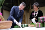 Đại sứ Mỹ Daniel Kritenbrink hào hứng học gói và cắt bánh chưng bằng lạt
